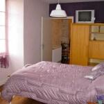 Léontine-Chambre avec un grand lit