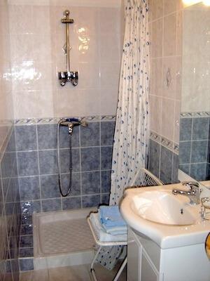 Léontine-Chambre avec Salle de douche